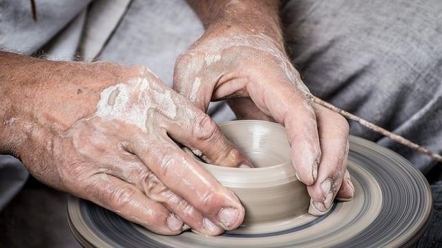 actividades recreativas para personas mayores: trabajando con arcilla en un torno