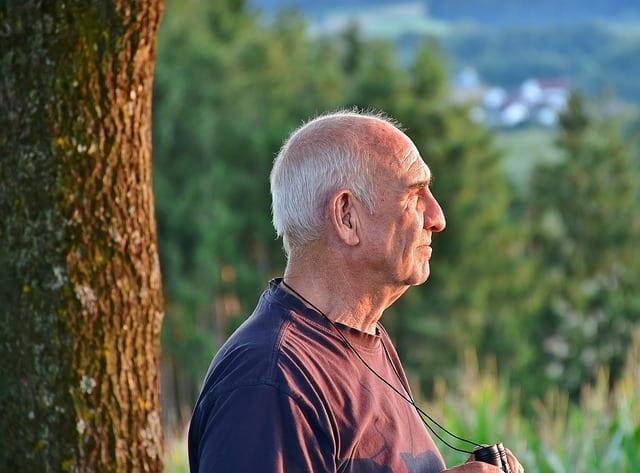 anciano realizando senderismo. Actividades de verano para la tercera edad