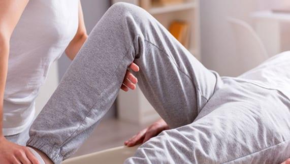 fisioterapeuta realizando rehabilitacion de una rodilla