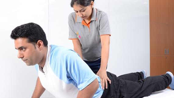 fisioterapeuta realizando masajes a un paciente en su domicilio