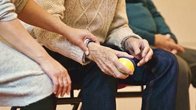 anciano realizando ejercicios fisioteapéuticos con una pelota