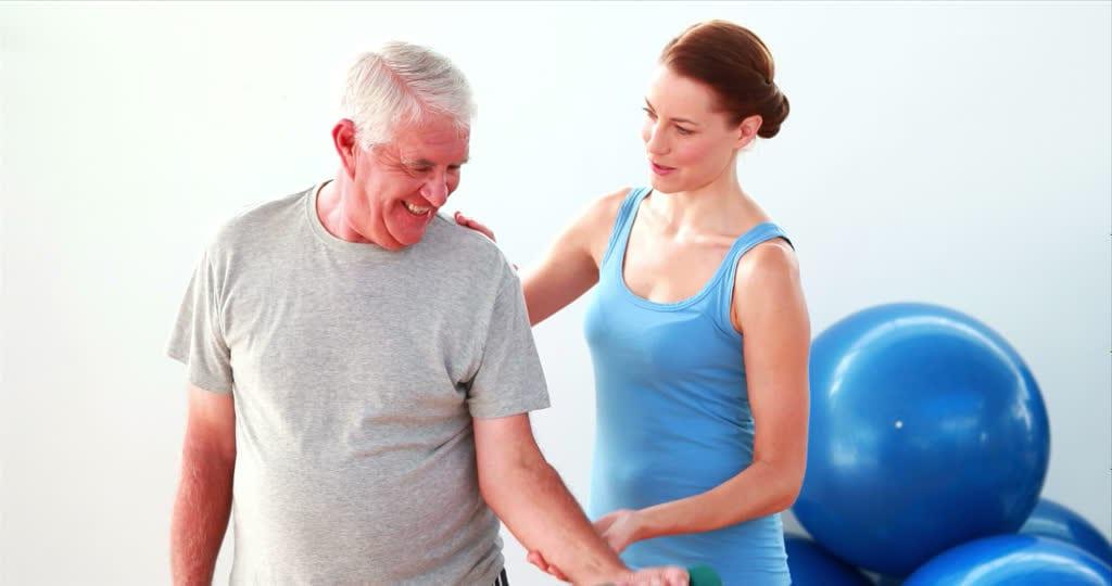 hombre mayor recibiendo fisioterapia en casa