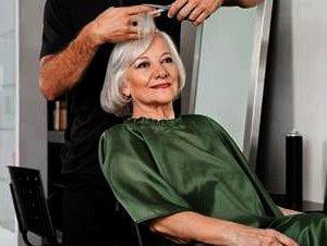 peluquero a domicilio para ancianos corta el pelo a mujer