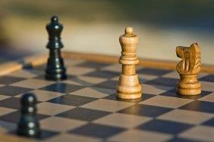 tablero con piezas de ajedrez. El ajedrez ayuda a las propiedades cognitivas de los ancianos.