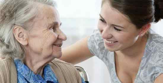 mujer joven cuidando de su familiar anciano. Diferentes tipos de cuidadores.