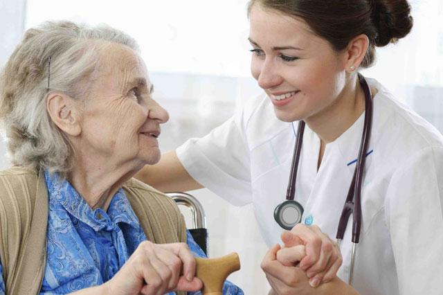 enfermera cuidando a una anciana.