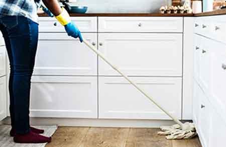 empleada del hogar fregando el suelo. ¿Qué tareas realizan las empleadas del hogar?