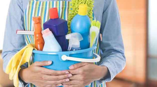 empleada del hogar con utensilios de limpieza. La limpieza del hogar es una de las tareas más frecuentes de los trabajadores domésticos.